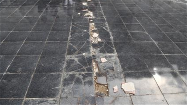 Gạch lát nền bị bong tróc