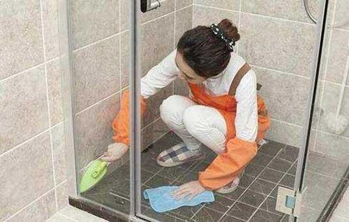 làm sạch nền nhà vệ sinh