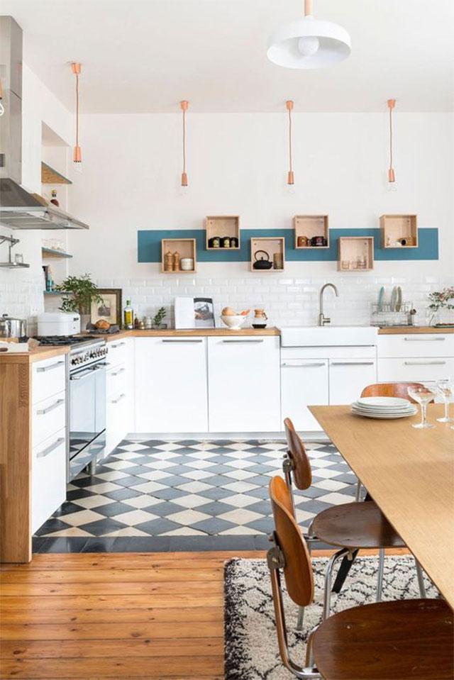 Gạch nền họa tiết màu sắc trắng đen độc đáo nên kết hợp với tông màu trắng khi sơn tường, giúp căn bếp vừa độc đáo mà vẫn sáng sủa thoáng đãng.