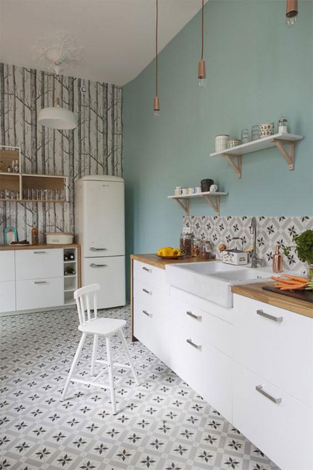 Phối màu sơn tường tông xanh nhạt với gạch men họa tiết để phòng bếp của bạn trở nên sống động hơn.