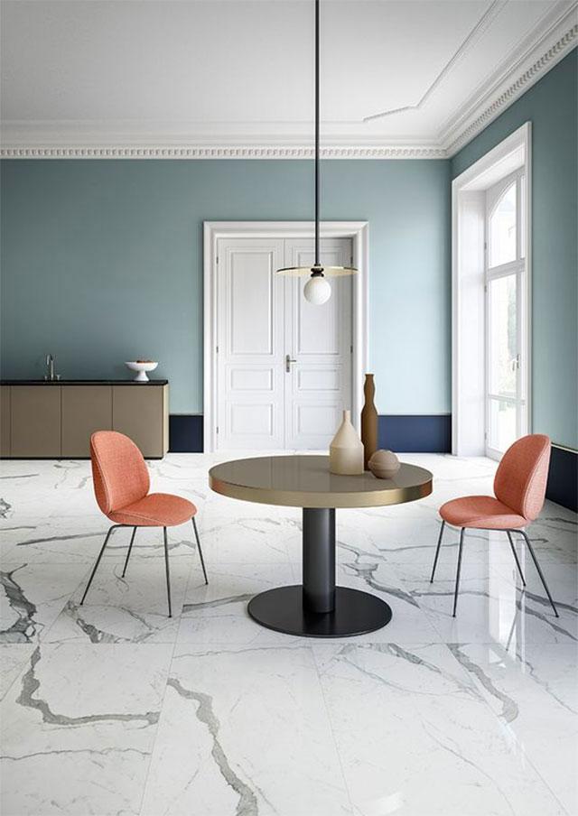 Gạch vân đá màu sáng kết hợp với tông màu xanh của sơn tường mang đến không gian hiện đại, tinh tế.